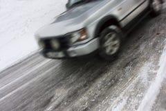 汽车冰冷路滑动 免版税库存图片