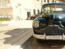 汽车减速火箭的婚礼 免版税库存照片