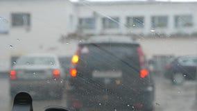 汽车刮水器洗涤从挡风玻璃的雨 从汽车的看法通过挡风玻璃 影视素材
