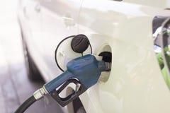 汽车刺激与在加油站的汽油 免版税库存照片