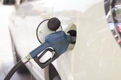 汽车刺激与在加油站的汽油 免版税图库摄影