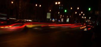 汽车前灯夜踪影  Freezelight 夜Kyiv 基辅 免版税库存照片