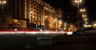 汽车前灯夜踪影  Freezelight 夜Kyiv 基辅 图库摄影