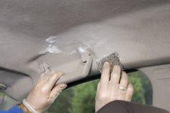 汽车前灯手洗涤  在手套的手洗刷明星 库存照片