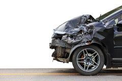 黑汽车前面在路得到偶然地损坏 查出 免版税库存照片