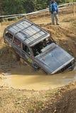 黑汽车加入泥水坑  库存图片