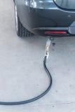 汽车加油便宜的LPG在加油站 免版税库存图片