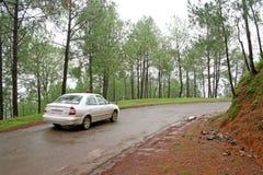汽车加速绕的喜马拉雅山路 免版税库存图片