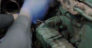 汽车卡车修理 技工扭转零件以引擎为背景汽车或卡车 股票视频