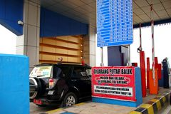 汽车司机在收费公路的入口 免版税库存照片
