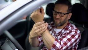 汽车司机感觉腕子痛苦,联合炎症,骨关节炎,健康 库存图片