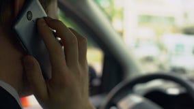 汽车司机谈话在有客户的手机,坐在汽车,收回,繁忙的天 影视素材