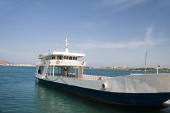 汽车和乘客渡轮从帕罗斯岛去反帕罗斯岛Cycla 免版税库存图片