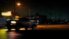 汽车和人通行证餐馆在晚上 股票视频