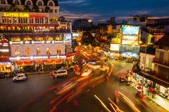 汽车和人们在河内,越南交易 免版税库存照片