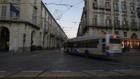 汽车和公共汽车交通在都灵,意大利的中心 股票录像