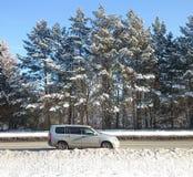 汽车和冬天路 免版税库存图片