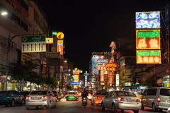 汽车和商店Yaowarat路的有它繁忙的交通的,霓虹灯广告 免版税图库摄影