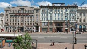 汽车和城市公共汽车在涅夫斯基街道上移动在夏天 免版税库存照片