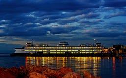 汽车和客运轮渡在码头靠了码头在晚上 库存图片