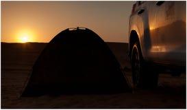 汽车和帐篷在沙漠 免版税库存照片