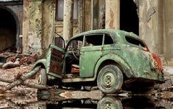 汽车和废墟 免版税库存图片