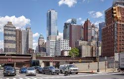 汽车和摩托车停止在红绿灯在曼哈顿中间地区 免版税库存照片