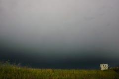 汽车和有蓬卡车在恶劣天气或风暴 库存照片