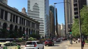 汽车和步行者在芝加哥街道上  股票录像