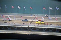 汽车和步行者在芝加哥,伊利诺伊横渡密执安大道的芝加哥河 库存照片