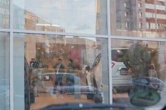 汽车和经理在经销权日产陈列室里在喀山市 库存照片