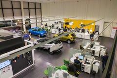 汽车和经理在经销权雷诺陈列室里在喀山市 库存照片