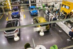 汽车和经理在经销权雷诺陈列室里在喀山市 免版税库存图片