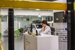 汽车和经理在经销权雷诺陈列室里在喀山市 图库摄影