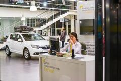 汽车和经理在经销权雷诺陈列室里在喀山市 免版税库存照片
