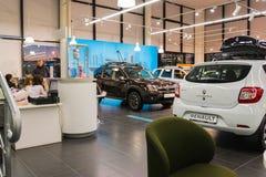 汽车和经理在经销权雷诺陈列室里在喀山市 库存图片