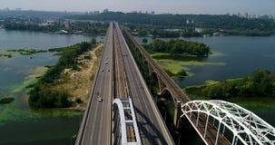 汽车和铁路横跨从上面第聂伯河的Darnitsky桥梁空中顶视图,基辅市地平线 股票录像
