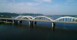 汽车和铁路横跨从上面第聂伯河的Darnitsky桥梁空中顶视图,基辅市地平线 影视素材