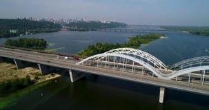 汽车和铁路横跨从上面第聂伯河的Darnitsky桥梁空中顶视图,基辅市地平线 股票视频