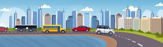 汽车和驾驶沥青在美好的河城市全景摩天大楼都市风景的乘客公共汽车高速公路路 皇族释放例证