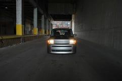 汽车在一个黑暗的大商店里 库存图片