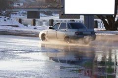 汽车在一个水池去与飞溅 库存图片