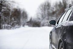 汽车在一条积雪的路站立 库存图片
