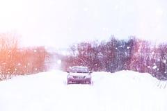 汽车在一条积雪的路站立 免版税库存图片