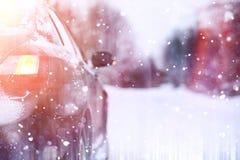 汽车在一条积雪的路站立 免版税库存照片