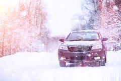 汽车在一条积雪的路站立 库存照片