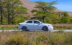 汽车在一条高速公路在一个多小山区域乘坐 库存照片