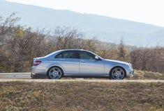汽车在一条高速公路在一个多小山区域乘坐 库存图片