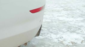 汽车在一辆运动的白色汽车的尾气特写镜头 股票视频