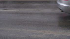 汽车在与试剂的肮脏和湿沥青,慢动作驾驶 影视素材